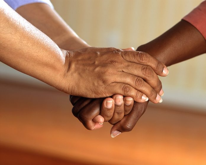 clasped-hands-541849_960_720-696x557