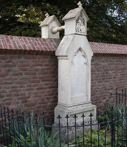 Oud-Kerkhof-graves-with-hands2
